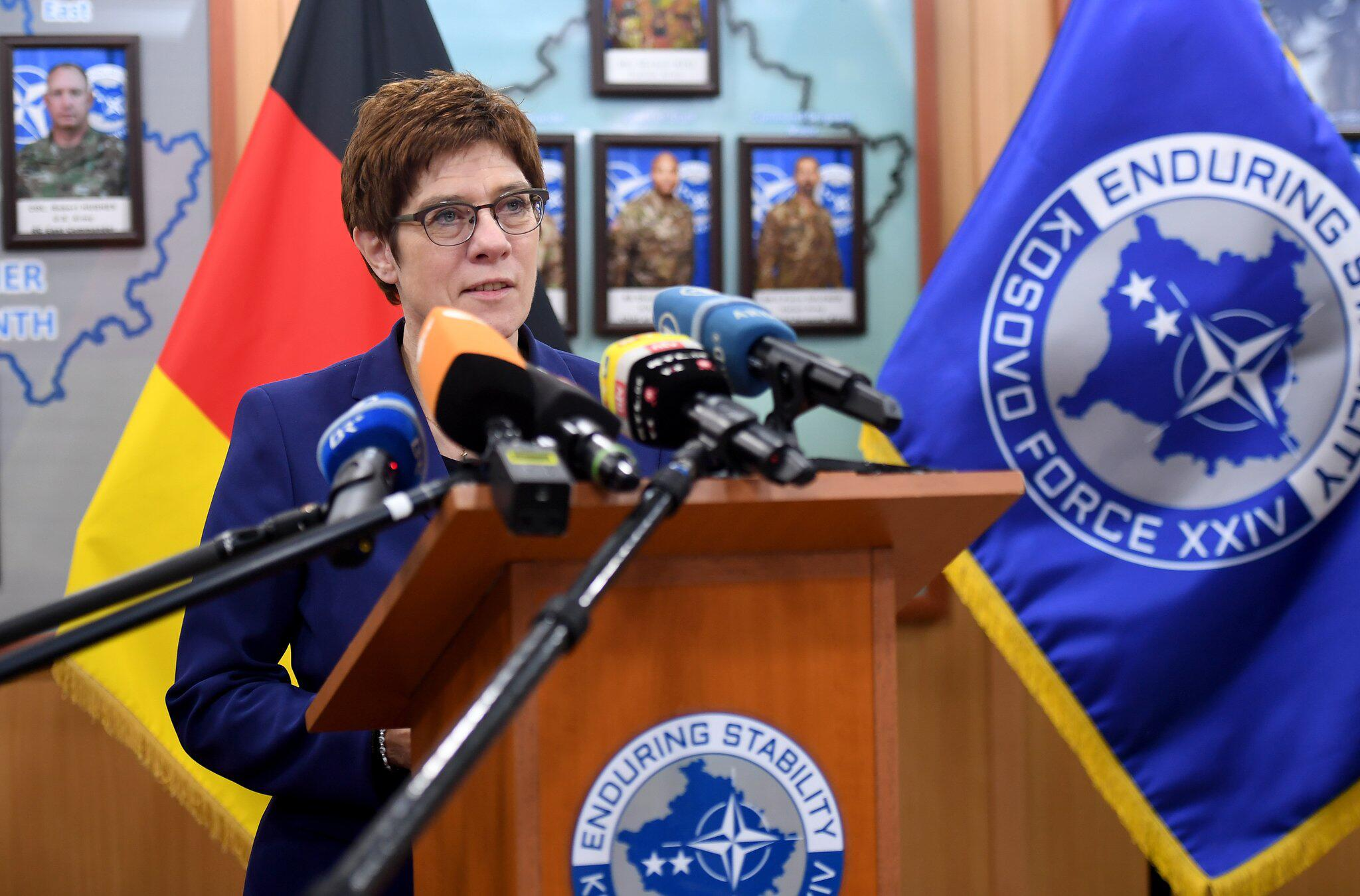 Bild zu Verteidigungsministerin Kramp-Karrenbauer im Kosovo