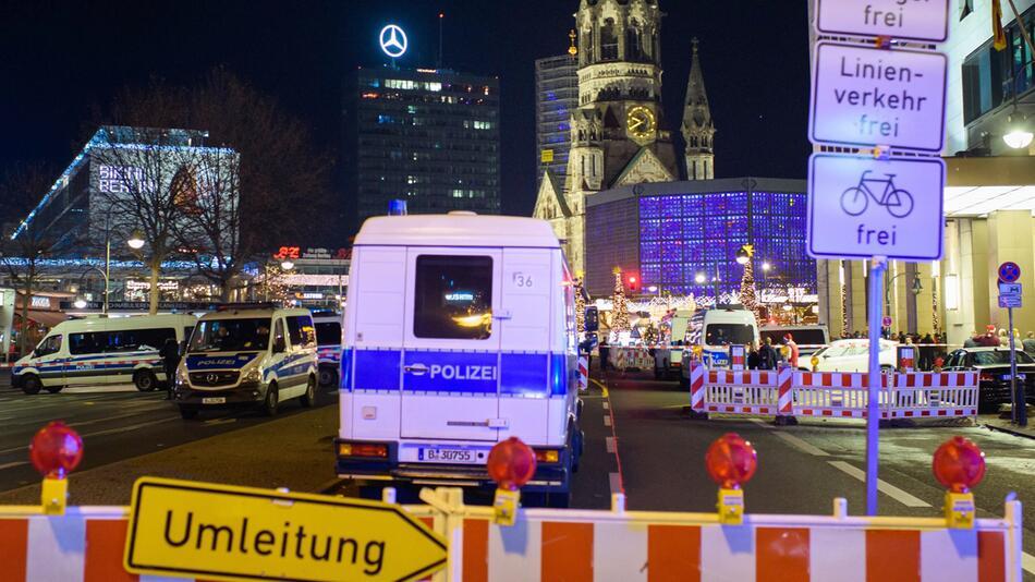Polizei räumt Weihnachtsmarkt an Berliner Gedächtniskirche