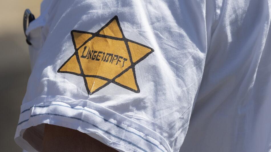 Demonstrieren mit Judenstern und Häftlingskleidung