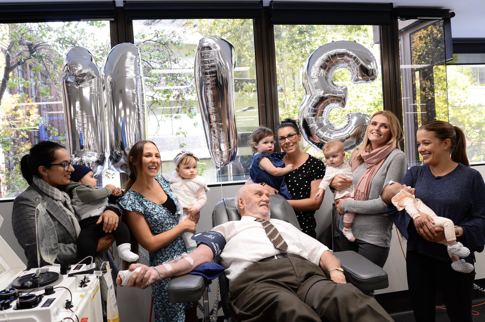 Bild zu 81-Jähriger mit seltener Blutgruppe spendet letztes mal Blut