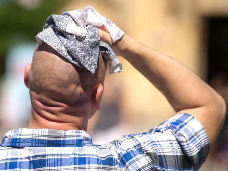 Bild zu Ein Mann schwitzt in der Sonne