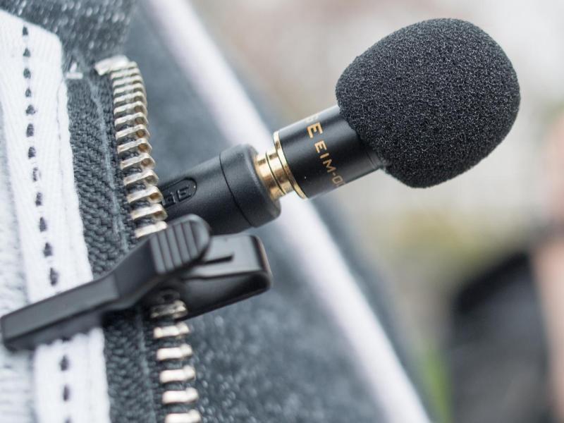 Bild zu Mikrofon an Jacke befestigt