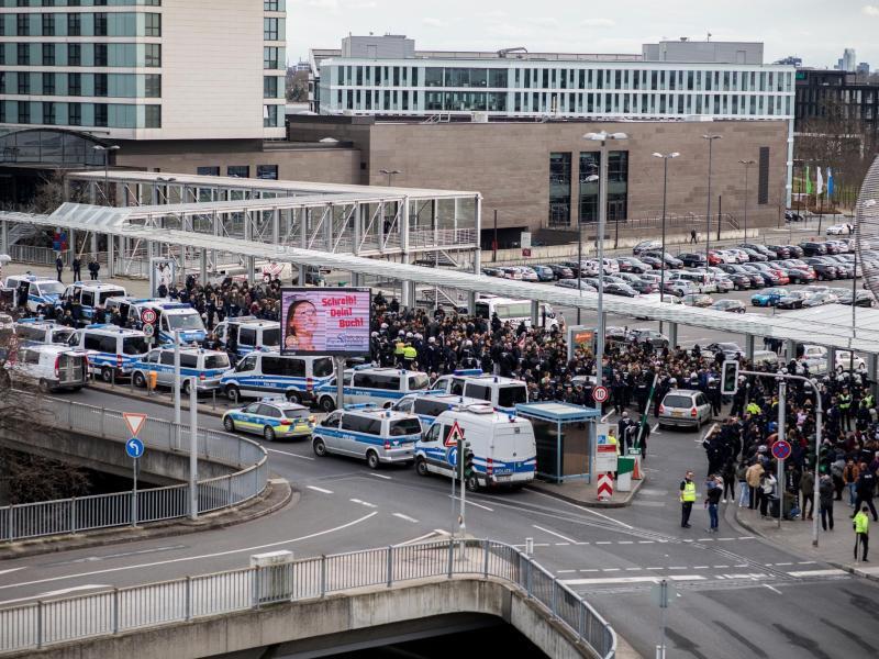 Bild zu Massives Polizeiaufgebot