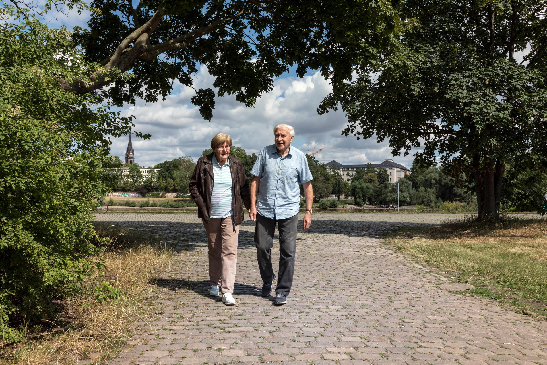 Bild zu Senioren beim Spaziergang