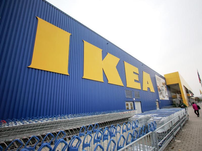 Bild zu Ikea-Schriftzug an einem Möbelhaus