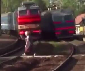 Oma rennt vor Zug