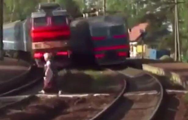 Bild zu Oma rennt vor Zug