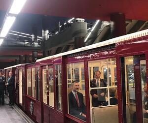 Spaniens König Felipe fährt mit der U-Bahn