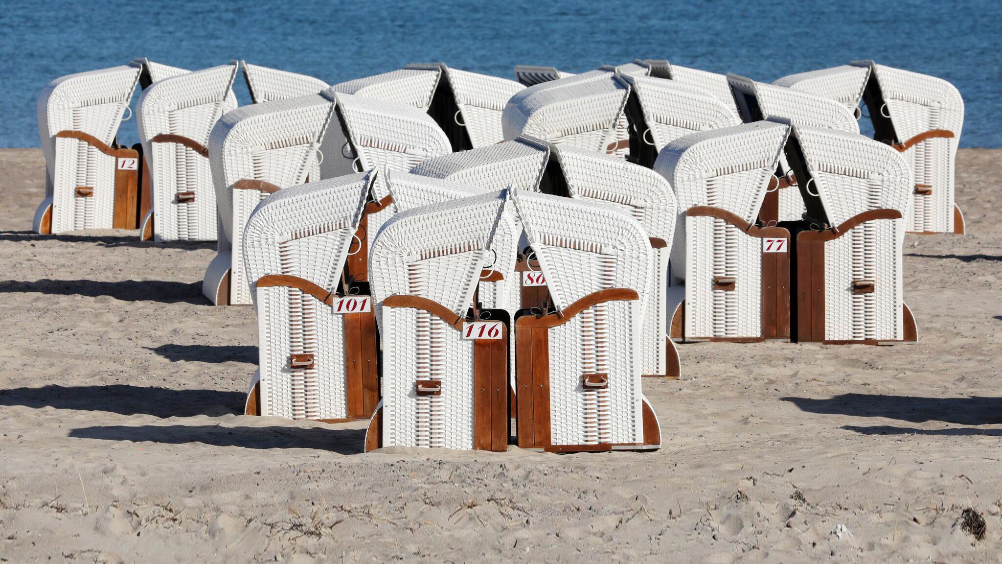 Bild zu Erste Strandkörbe an der Ostsee