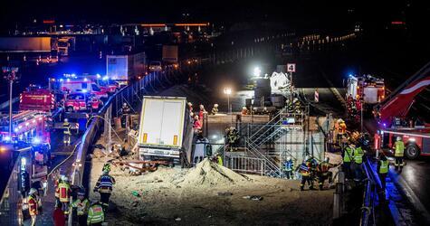 Laster kracht auf A8 bei Stuttgart in Tunnelbaustelle