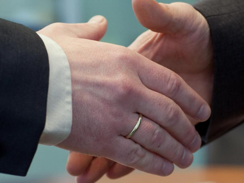Bild zu Zusage per Handschlag