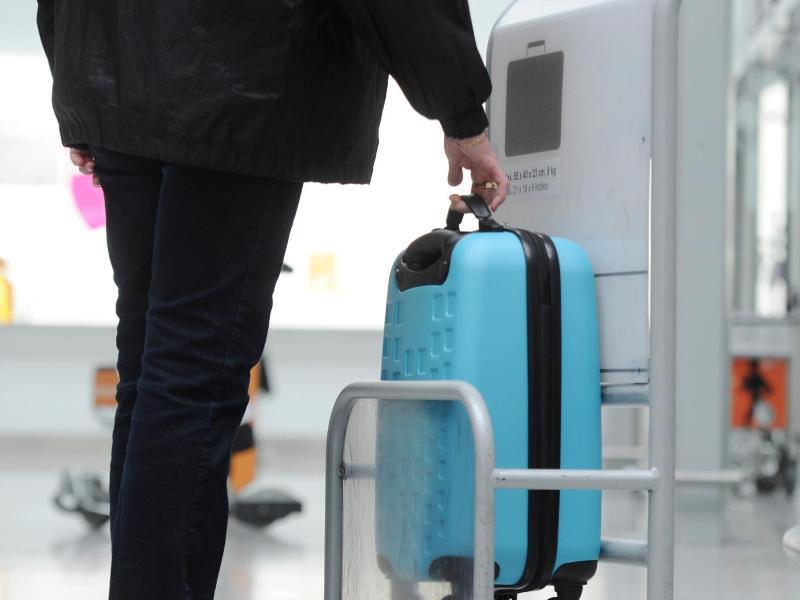 Bild zu Maße des Koffers werden kontrolliert