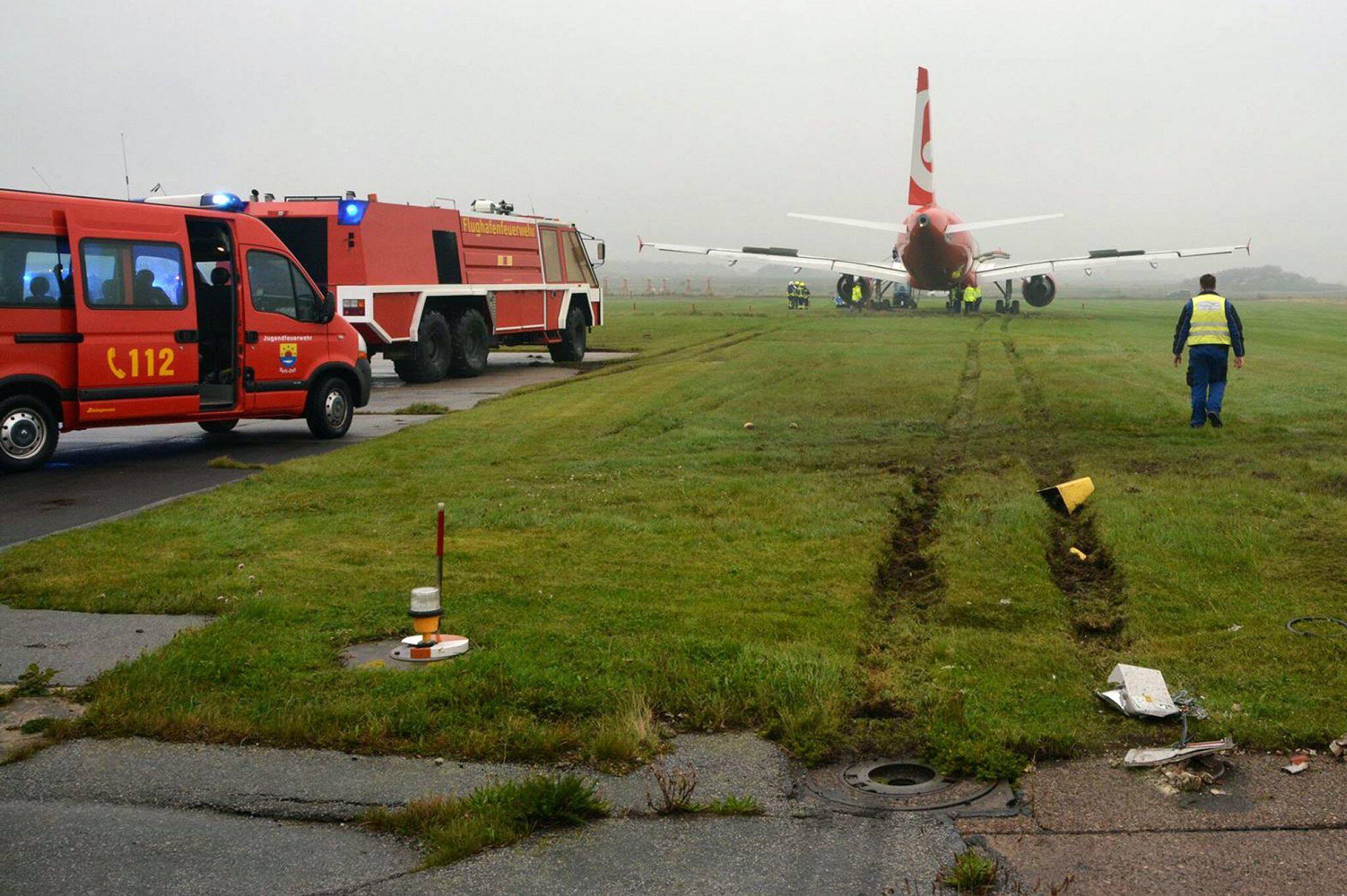 Bild zu Landing plane stops 50 meter after landing strip ends