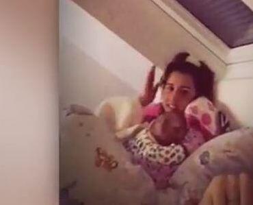 Bild zu Lombardi-Baby so niedlich: Alessio in der Kuschelecke mit Mama