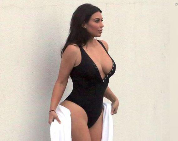 Bild zu Kim Kardashian Badeanzug