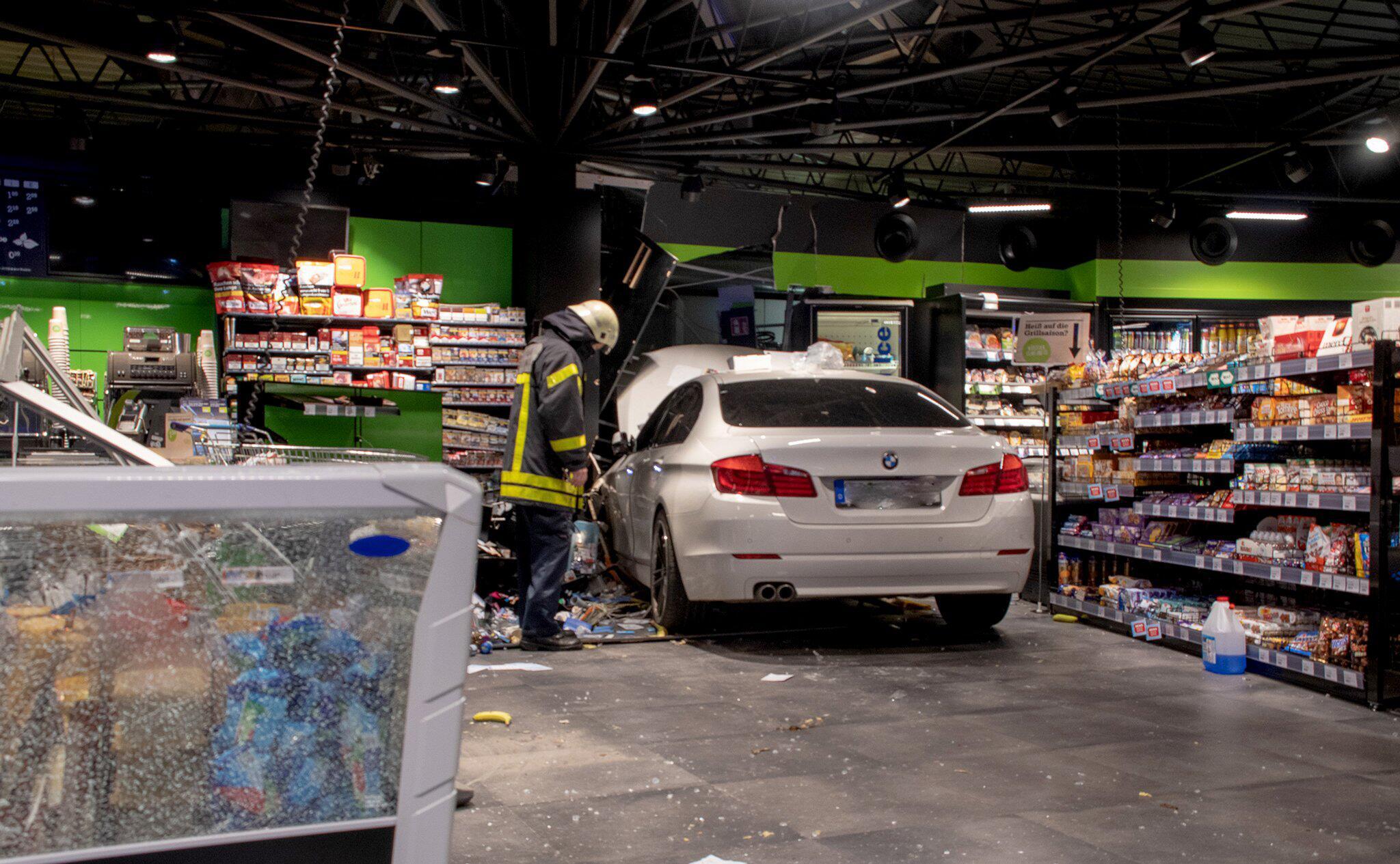 Bild zu Auto in Tankstelle