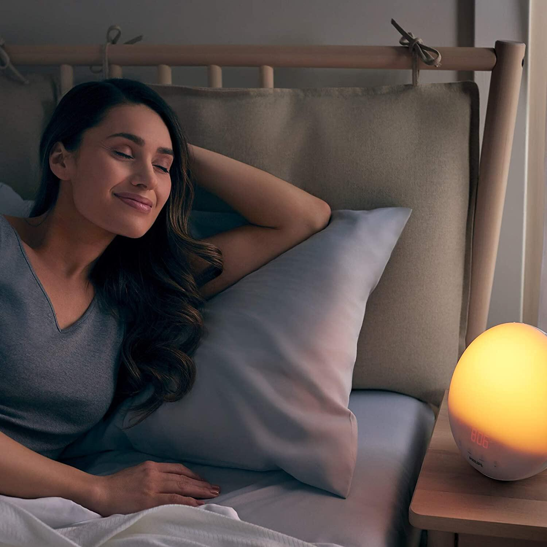 Bild zu Das Weckerläuten reißt zu abrupt aus dem Schlaf? Wieso nicht einmal den Lichtwecker probieren?