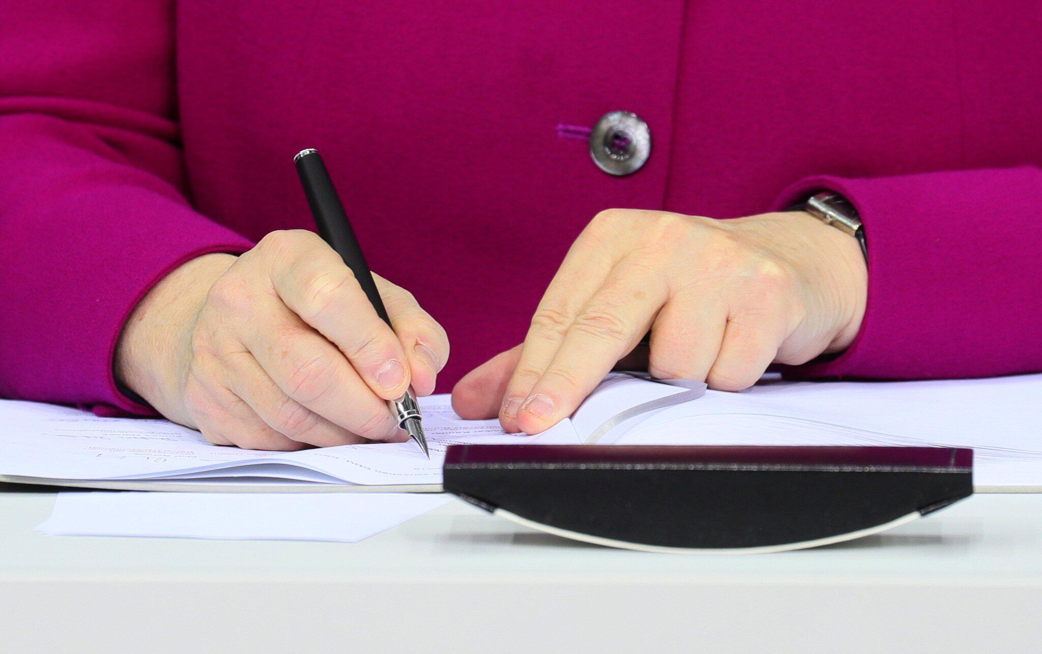 Bild zu Koalition, große Koalition, CDU, CSU, SPD, Angela Merkel, Koalitionsvertrag, Unterschrift
