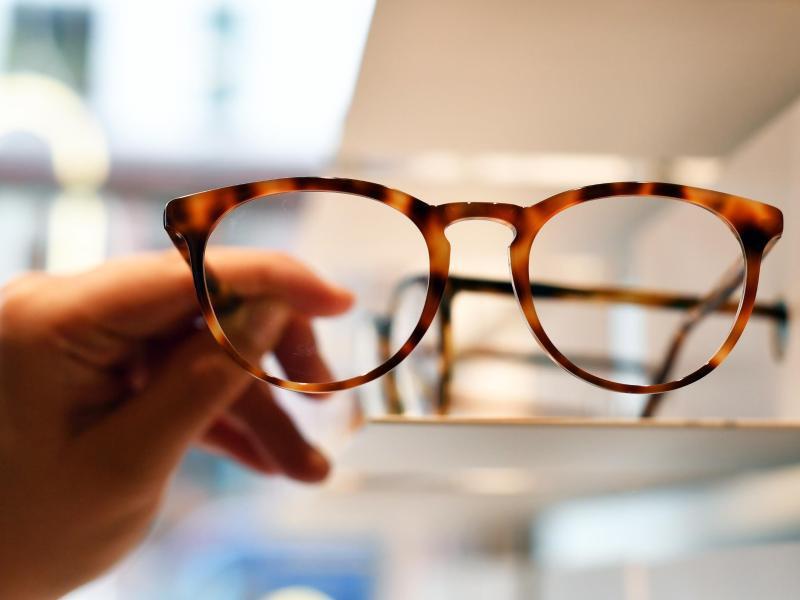 Bild zu Eine Hand hält eine saubere Brille