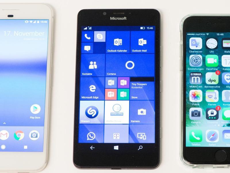 Bild zu Smartphones liegen nebeneinander