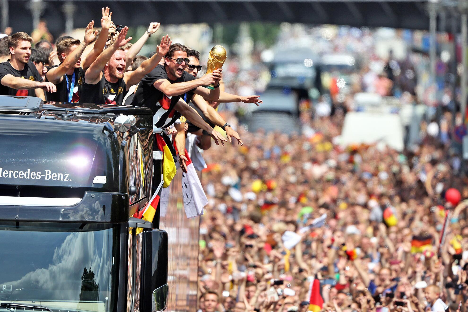 Bild zu Roman Weidenfeller hat den Pokal fest im Griff