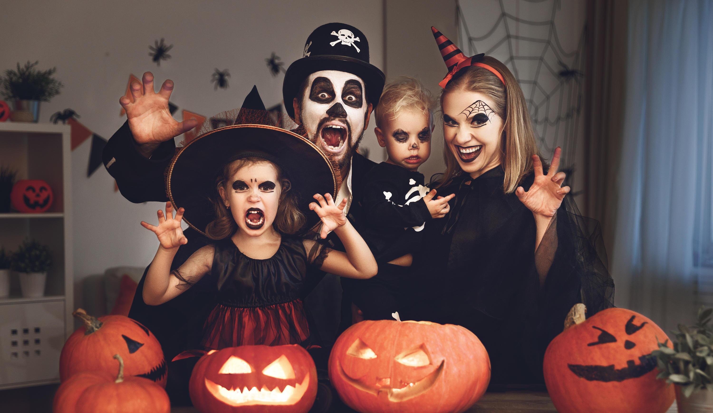 Bild zu halloween, kostüme, verkleidung, spinne, geist, skelett, hexe, vampir, zombie