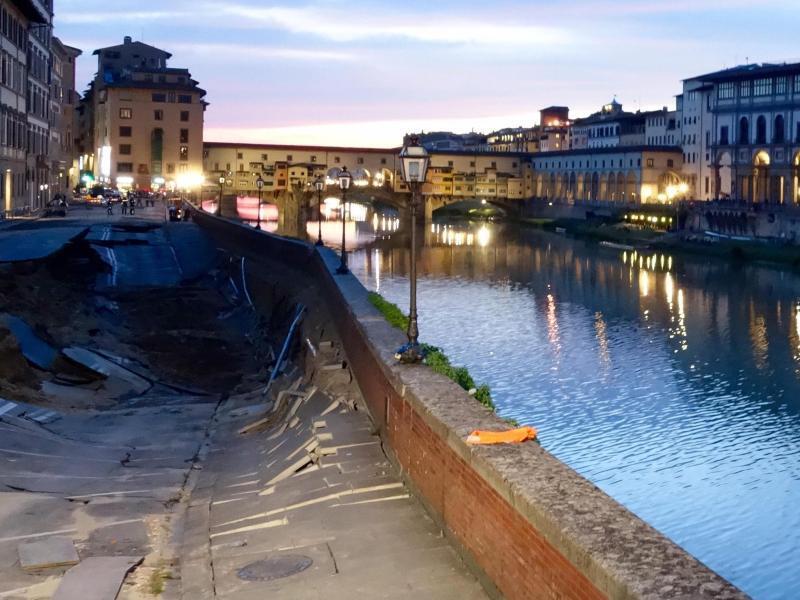 Bild zu Straßenloch in Florenz