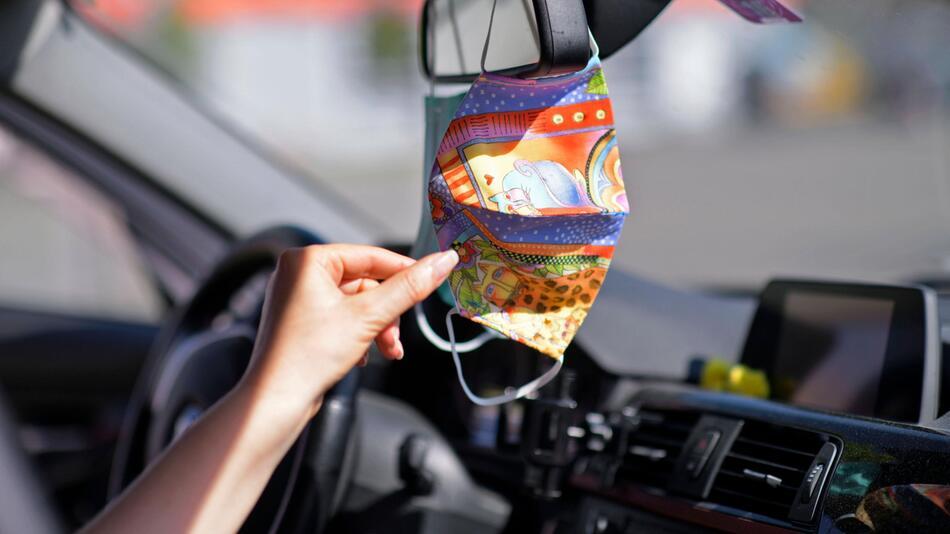 Müssen wir künftig Masken immer im Auto dabei haben? Es gibt Pläne des Verkehrsministeriums.