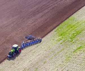 Bauer bei der Feldarbeit