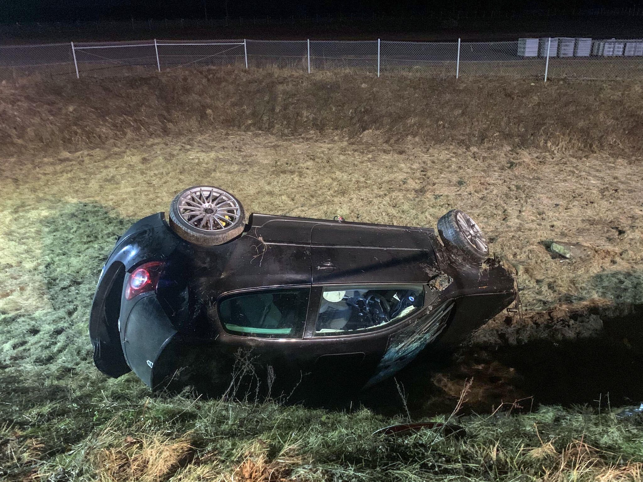 Bild zu Auto stürzt in Wasserbecken