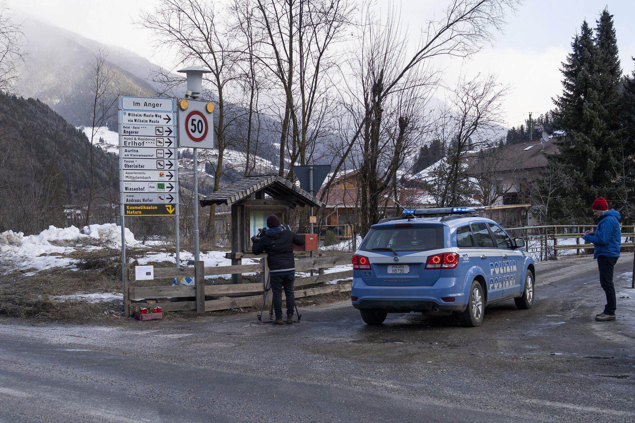 Bild zu Auto fährt in Südtirol in Reisegruppe