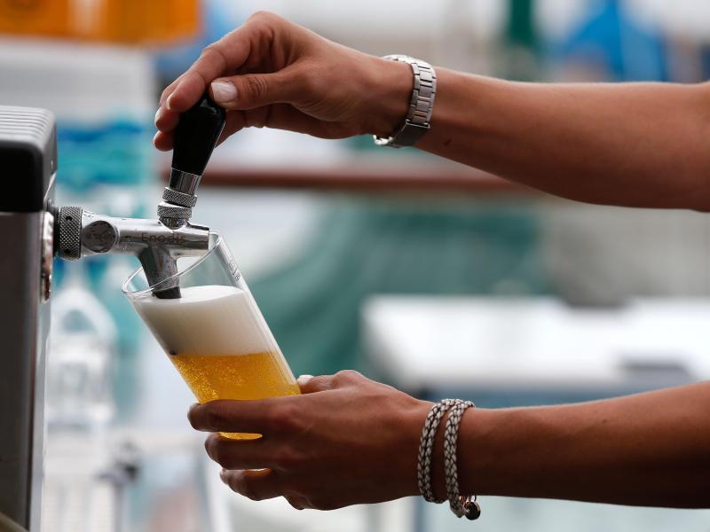 Bild zu Servicekraft zapft Bier