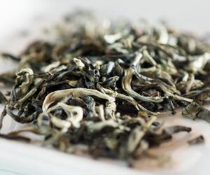 Teeblätter in Schale