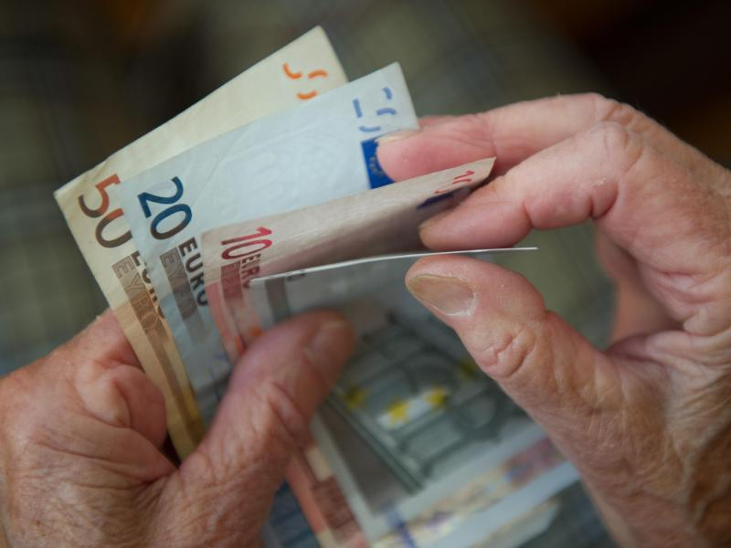 Bild zu Ein Rentner mit Geldscheinen