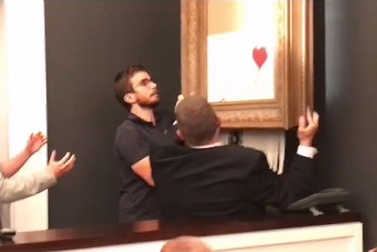 Bild zu Banksy-Kunstwerk zerstört sich nach Versteigerung selbst