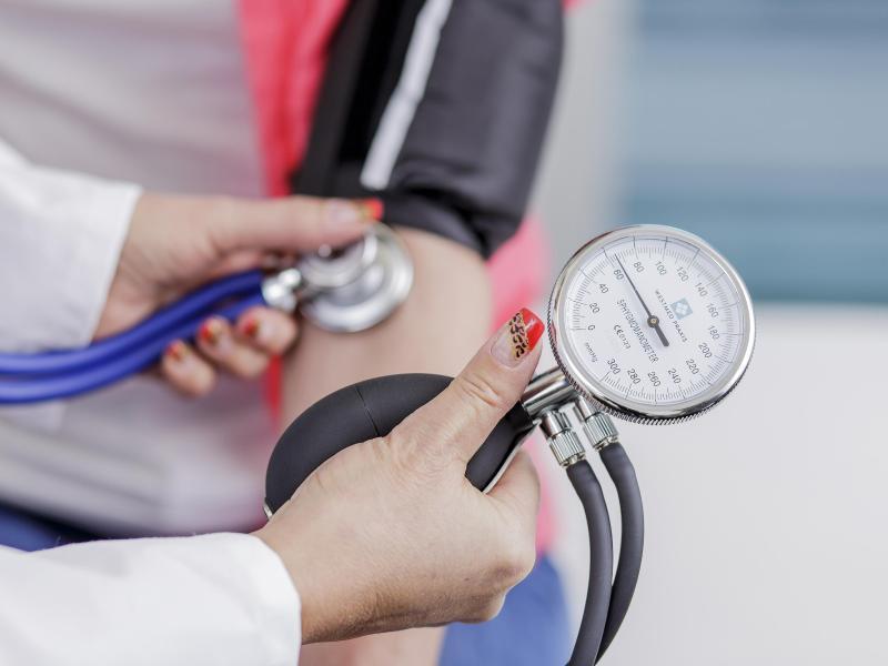 Bild zu Einem Patienten wird der Blutdruck gemessen