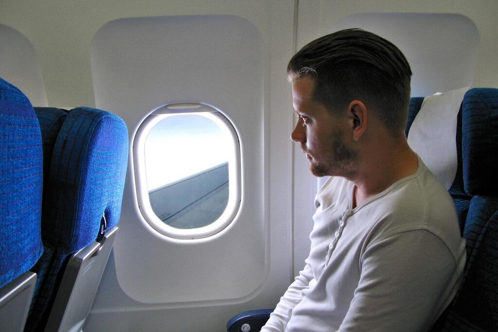 Warum haben viele Flugzeugfenster kleine Löcher?   GMX