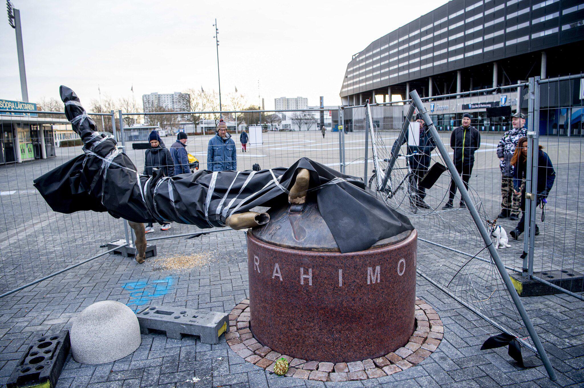 Bild zu Ibrahimovic-Statue in Malmö an den Füßen abgesägt