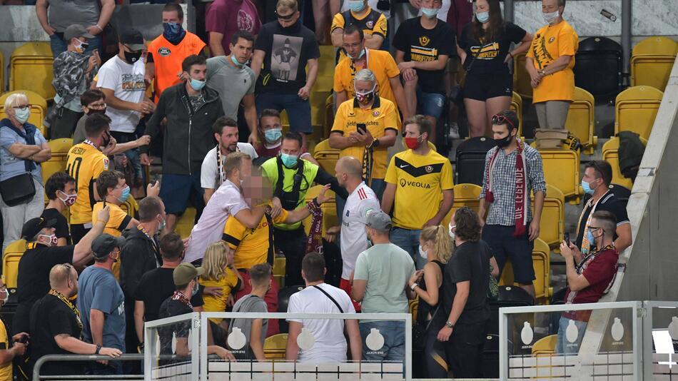 Toni Leistner (HSV-Trikot) ging nach dem DFB-Pokalspiel auf einen Dresden-Fan los.