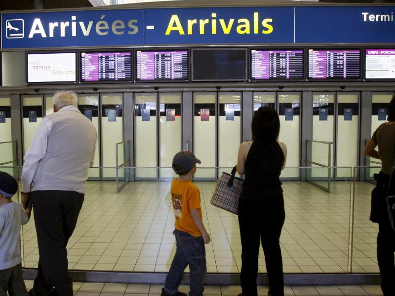 Bild zu Menschen am Flughafen