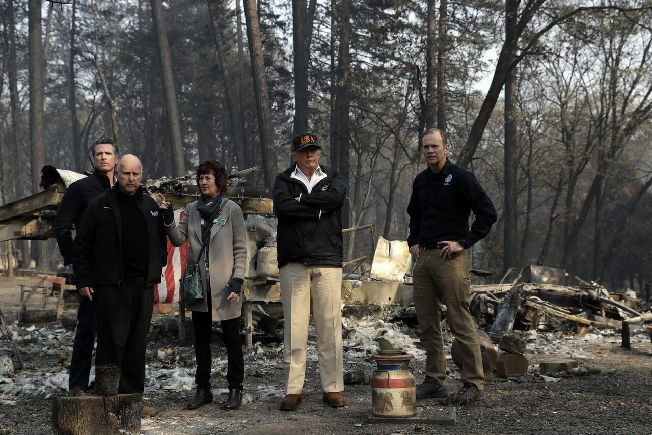Bild zu Trump besucht Brandopfer in Kalifornien