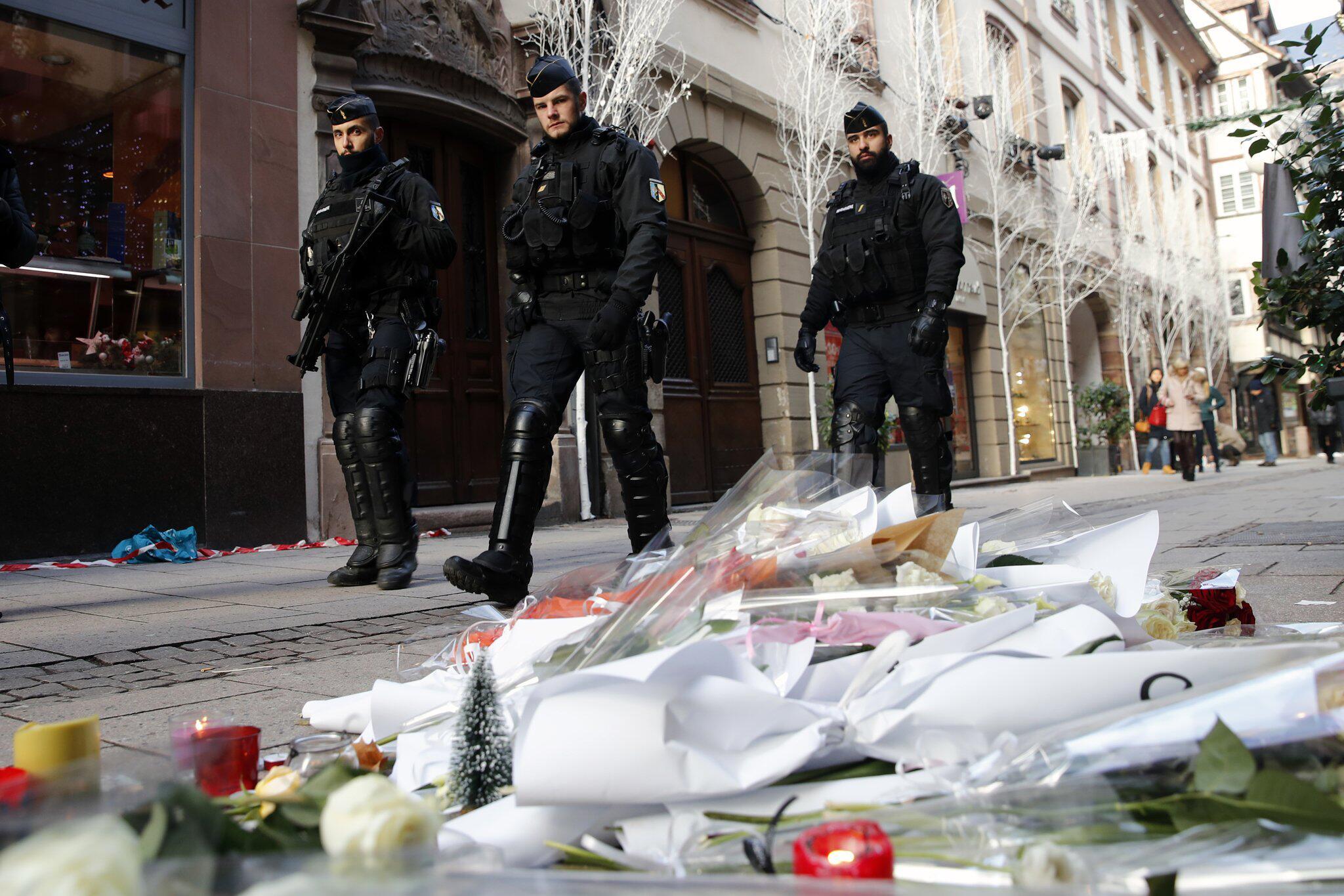 Bild zu Terroranschlag, Straßburg, Trauer, Polizisten, Blumen