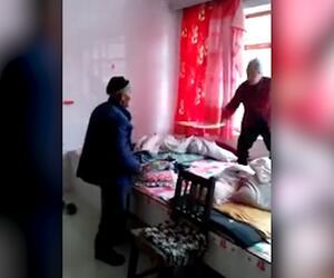 Ehestreit mit Waffen: Chinesisches Paar liefert sich Stockkampf ums Bett
