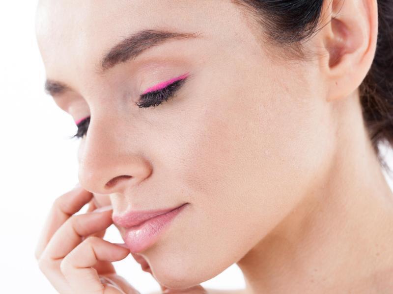 Bild zu Eyeliner-Trendfarbe Pink