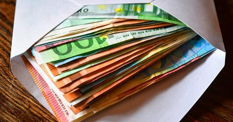 Briefumschlag mit Geldscheinen