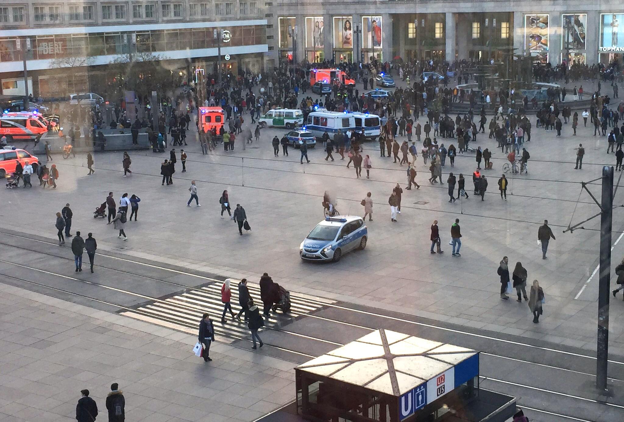 Bild zu Auflauf, Menschen, Alexanderplatz, Berlin