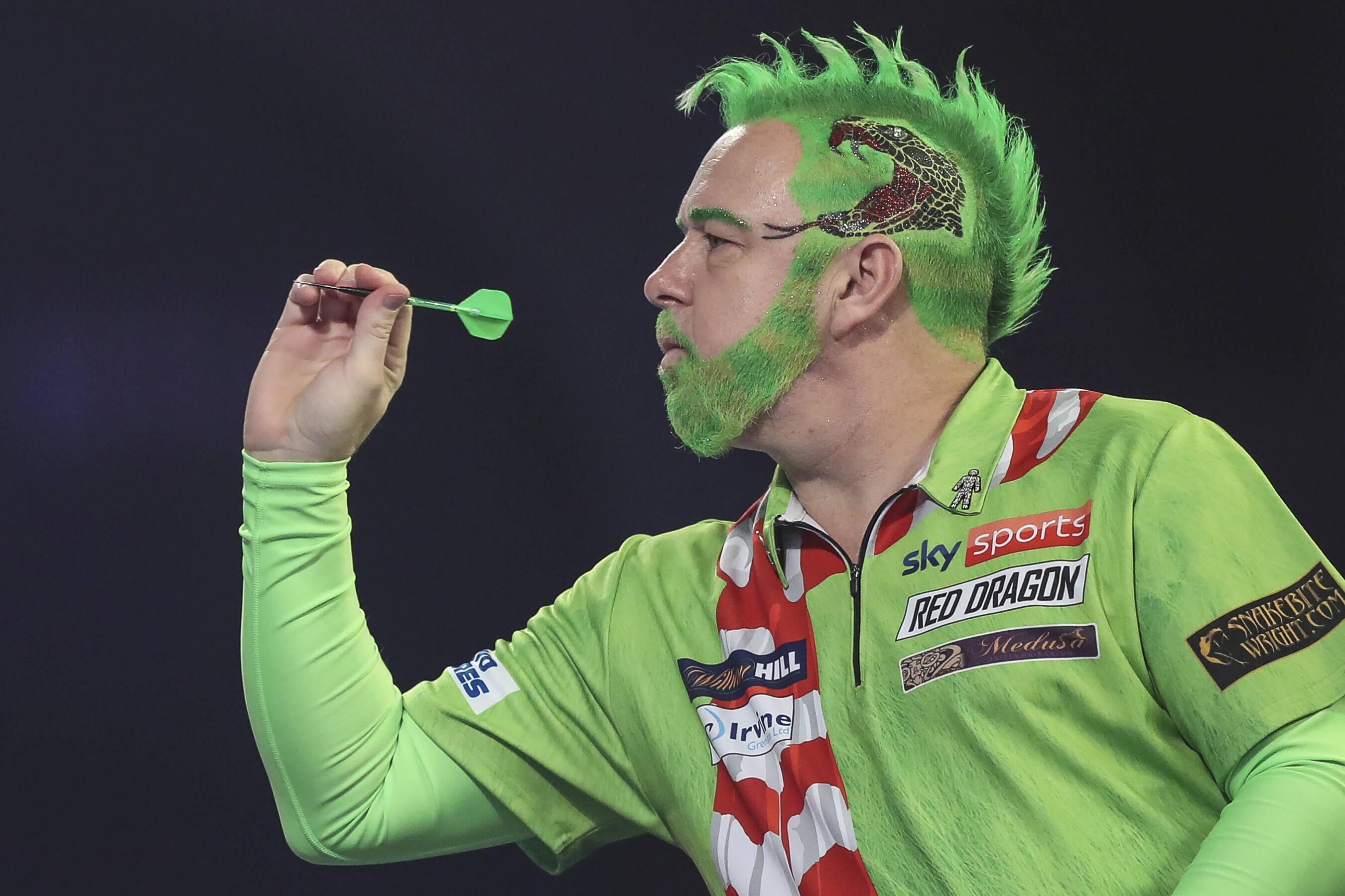 Bild zu Peter Wright als Grinch bei der Darts-WM 2021.