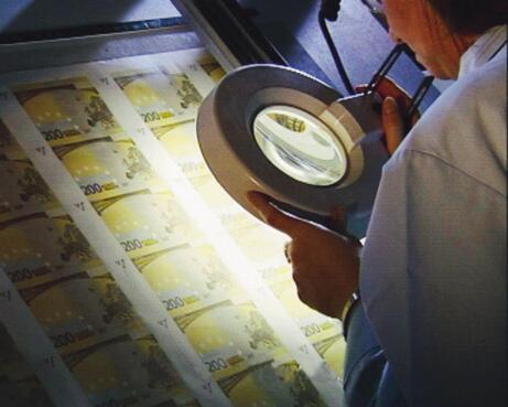 Bild zu Geldscheine unter der Lupe