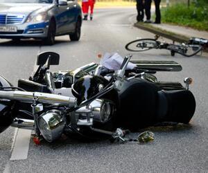 Motorrad und Fahrrad liegen auf der Straße