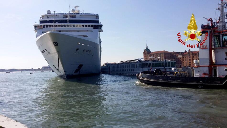 Kreuzfahrtschiff rammt Touristenboot in Venedig